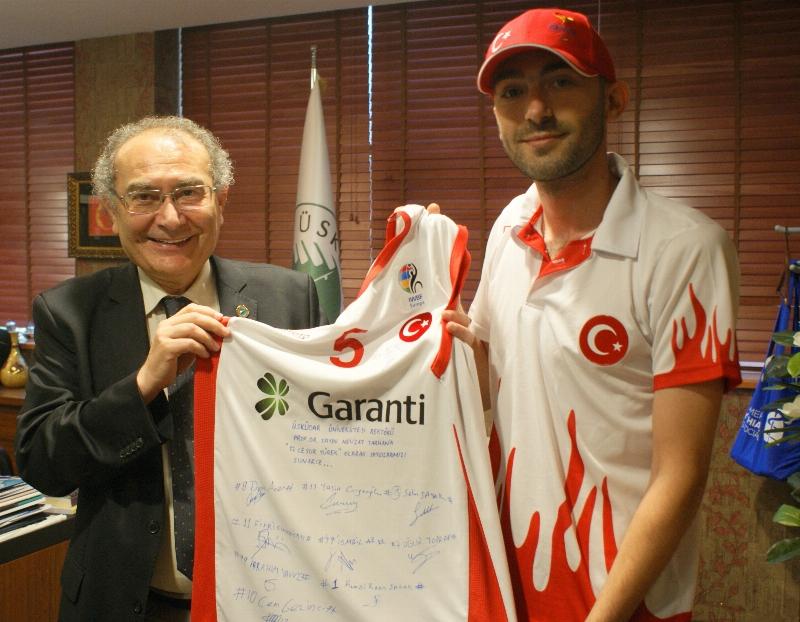 Spora destek veren Rektör Tarhan'a millilerin imzalı forması hediye edildi.