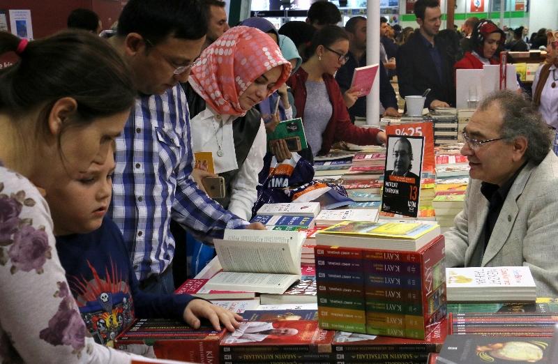Tarhan TÜYAP'ta kitaplarını imzaladı, okurlarıyla sohbet etti…
