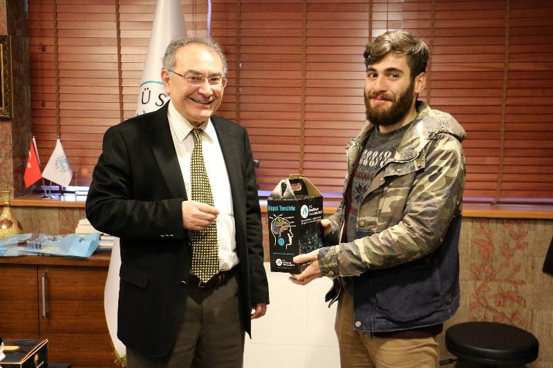 Rektör Tarhan, Ankara'dan dönen öğrencisini karşıladı.