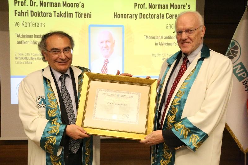 ABD'li psikiyatrist Prof. Dr. Norman Moore'a Üsküdar Üniversitesinden Fahri Doktora