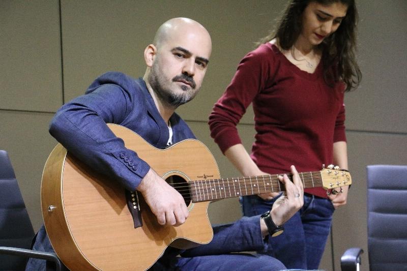 Sanatçı Toygar Işıklı Üsküdarlı öğrencilerle düet yaptı. 5