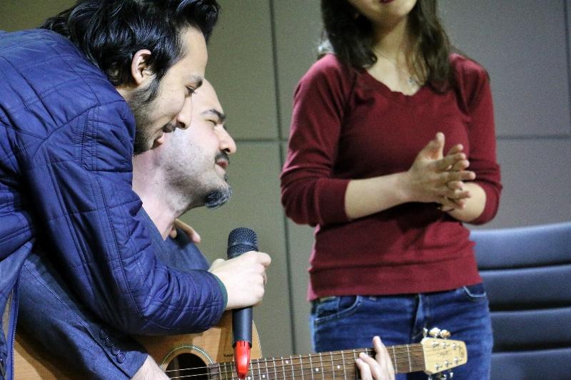 Sanatçı Toygar Işıklı Üsküdarlı öğrencilerle düet yaptı. 4