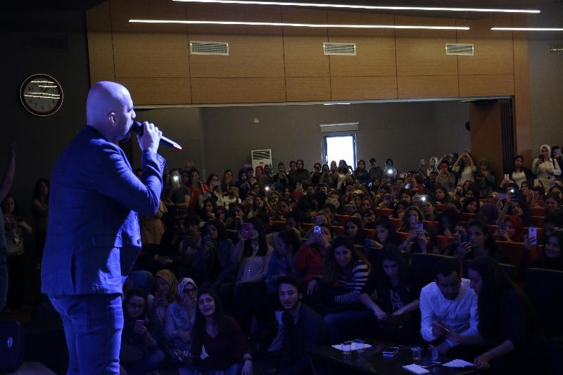 Sanatçı Toygar Işıklı Üsküdarlı öğrencilerle düet yaptı. 3