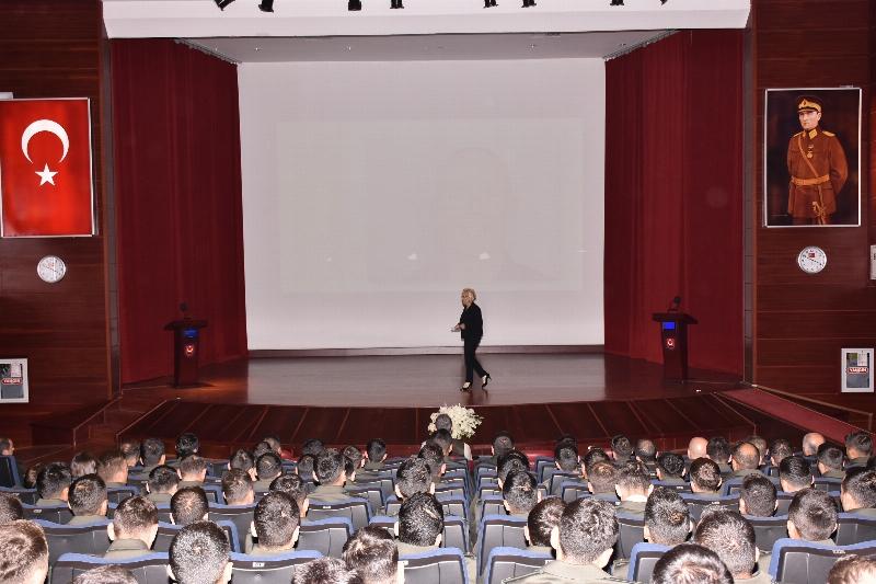 """Prof. Dr. Atasoy, genç astsubaylara """"Sahnelenen Olay Yerleri"""" konferansı verdi. 2"""
