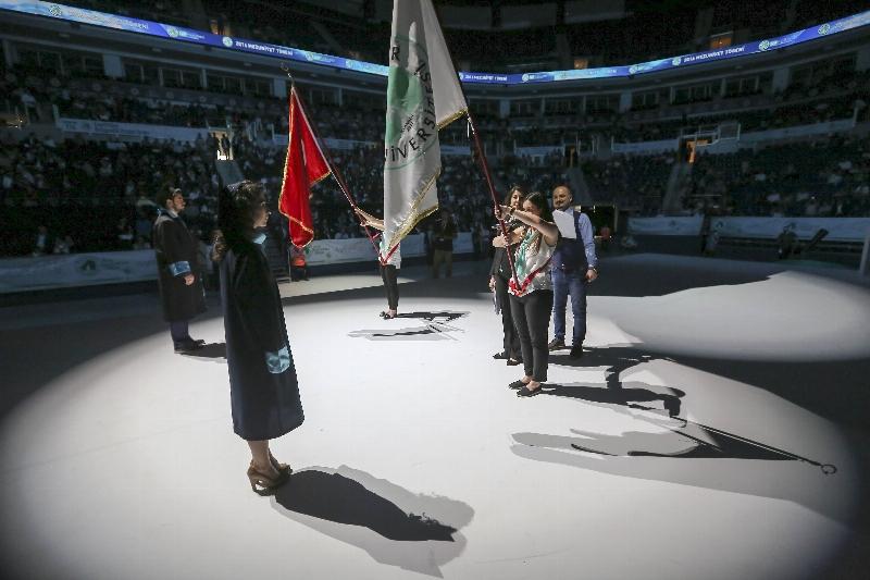 Üsküdar Üniversitesi 2015-2016 yılı mezunlarını görkemli bir törenle uğurladı... 8