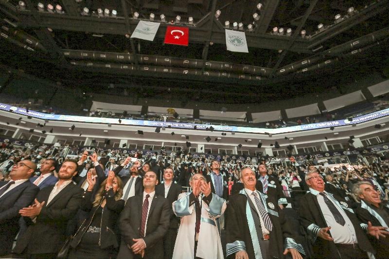 Üsküdar Üniversitesi 2015-2016 yılı mezunlarını görkemli bir törenle uğurladı...