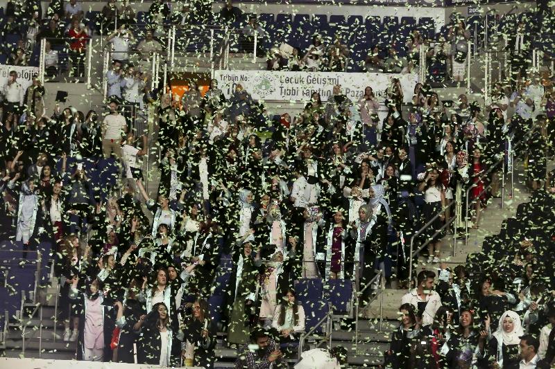 Üsküdar Üniversitesi 2015-2016 yılı mezunlarını görkemli bir törenle uğurladı... 7