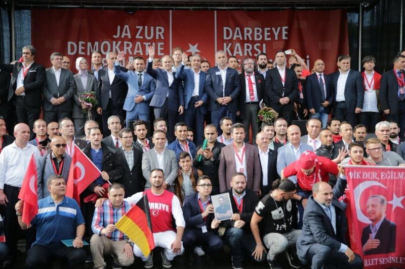 Üsküdar Üniversitesi Almanya Köln demokrasi mitinginde. 2