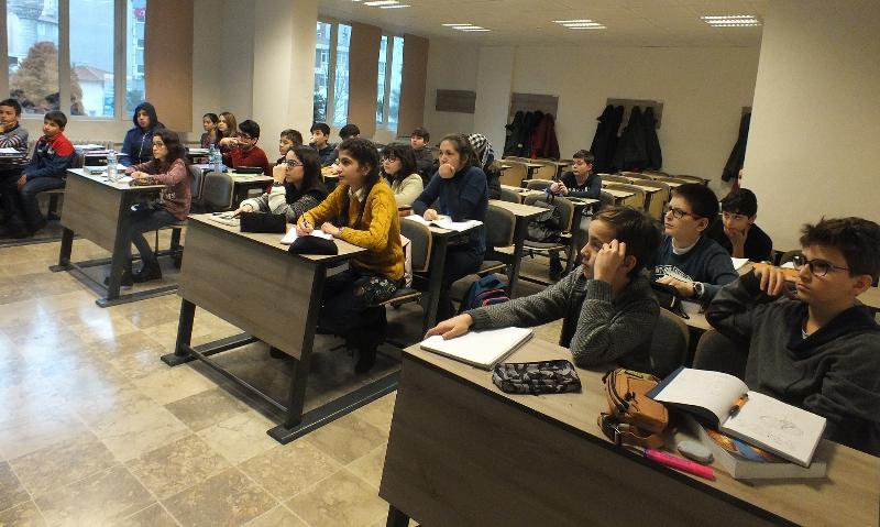 Matematik Olimpiyatları'na hazırlanan küçük dahiler Üsküdar Üniversitesi'nde