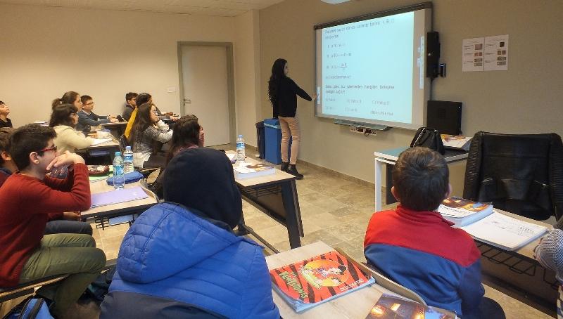 Matematik Olimpiyatları'na hazırlanan küçük dahiler Üsküdar Üniversitesi'nde 2