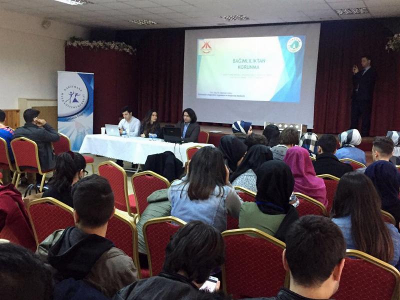 Üsküdar Üniversitesi uzmanları Bağımlılıkla Mücadele Gençlik Zirvesi'nde