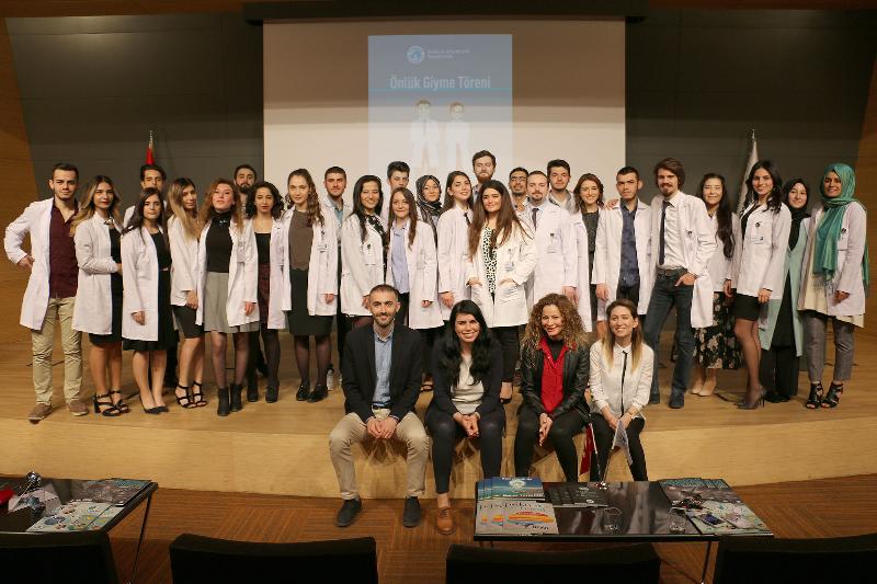 Sağlık öğrencileri önlüklerini giyerek mesleğe ilk adımı attı