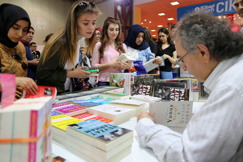 Prof. Dr. Nevzat Tarhan'a 9. Kocaeli Kitap Fuarında yoğun ilgi 4