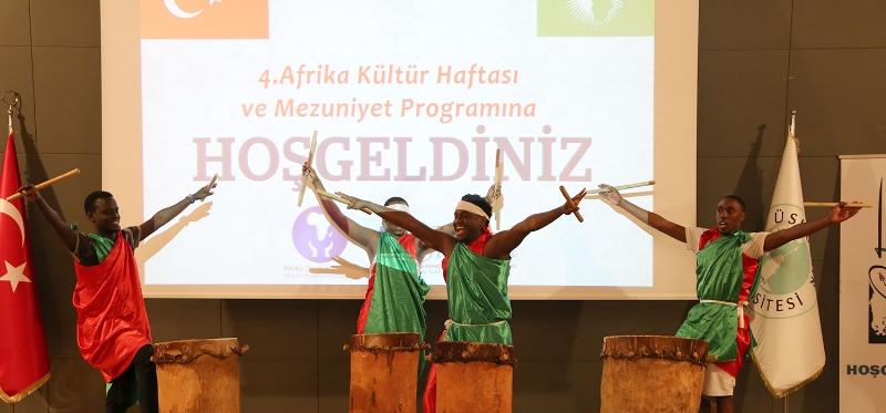 Afrikalı öğrencilerin renkli mezuniyet töreni