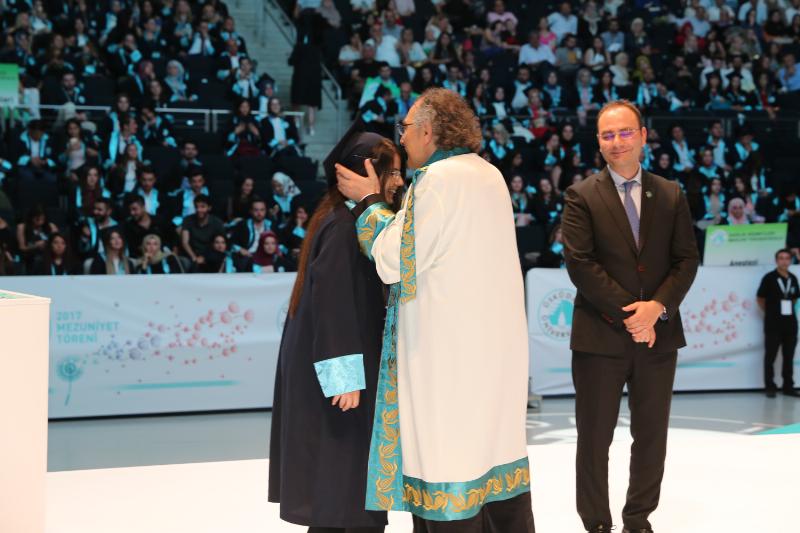 Üsküdar Üniversitesi görkemli törenle 4. mezunlarını uğurladı 4