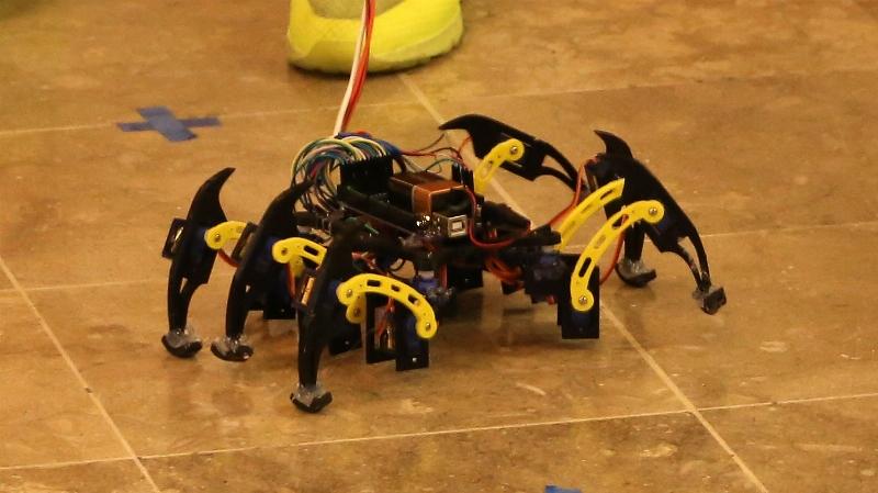 Kendi yaptıkları akıllı robotları yarıştırdılar 4