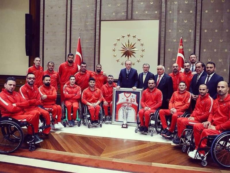 Fizyoterapistliğini Üniversitemizden Mahmut Çalık'ın yaptığı Milliler Cumhurbaşkanı Erdoğan'ın makamında