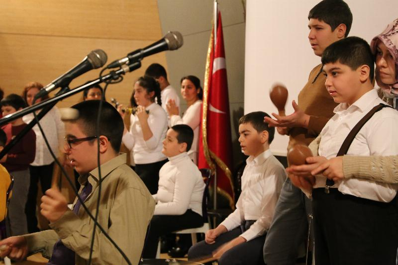 Otistik öğrencilerin performansı ayakta alkışlandı