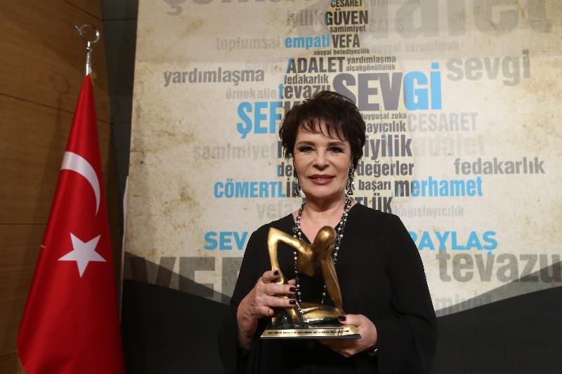 Hülya Koçyiğit'e 3. Yüksek İnsanî Değerler Ödülü 2