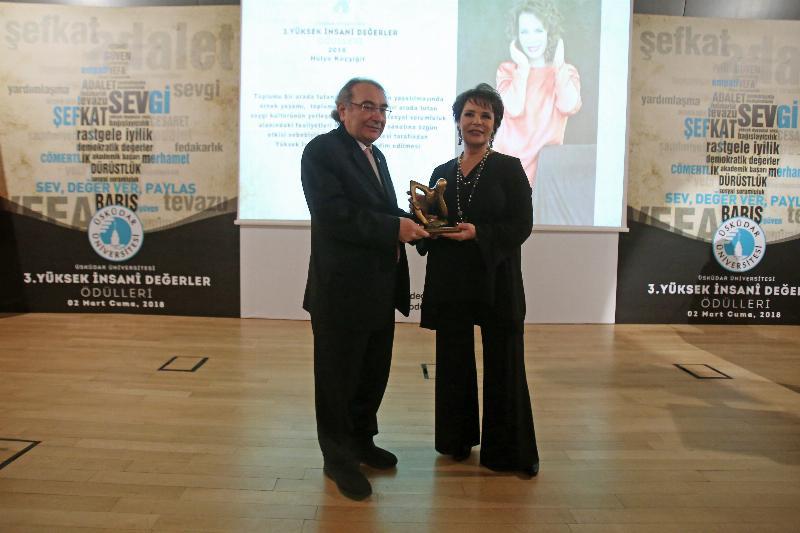 Hülya Koçyiğit'e 3. Yüksek İnsanî Değerler Ödülü