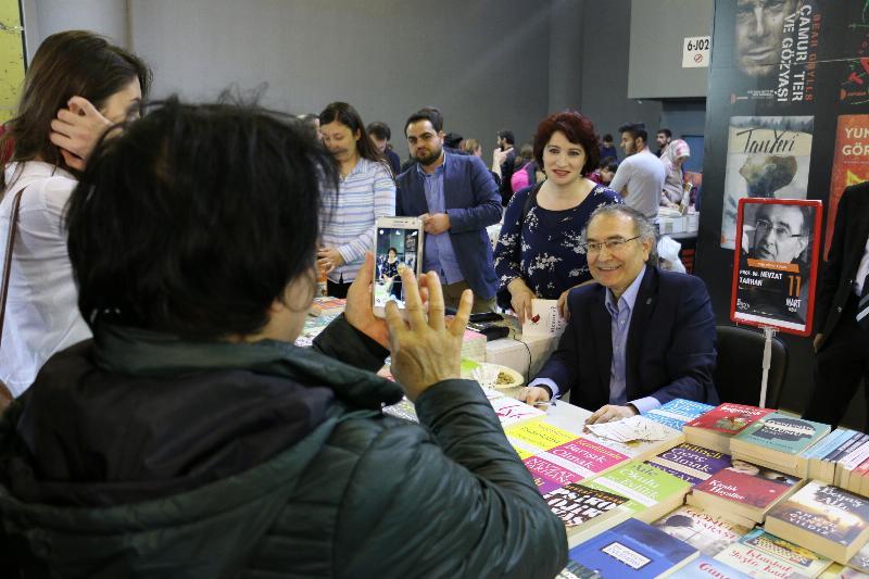 Prof. Dr. Nevzat Tarhan 5. Uluslararası CNR Kitap Fuarında okurlarıyla buluştu 2