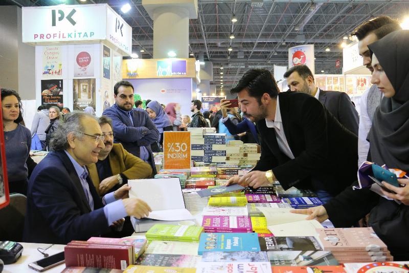 Prof. Dr. Nevzat Tarhan 5. Uluslararası CNR Kitap Fuarında okurlarıyla buluştu 3
