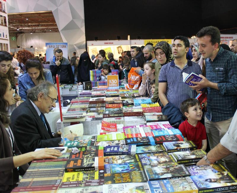 Prof. Dr. Nevzat Tarhan, Kocaeli Kitap Fuarı'nda okurlarla buluştu 3