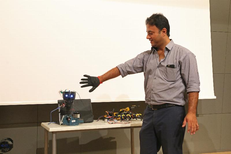 Üsküdar Üniversitesinde yapay zekâ ve robotik çalışmalar konuşuldu 3