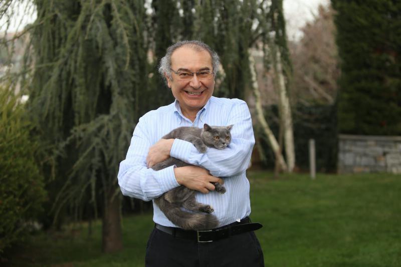 """Prof. Dr. Nevzat Tarhan: """"Kedi, sevginin kokusuyla sahibine bağlanıyor"""""""