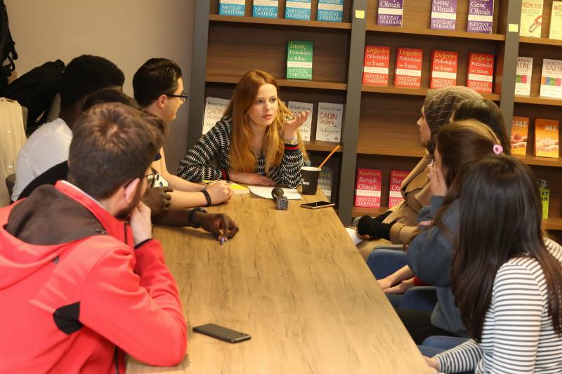 Sevilen oyuncu Naz Elmas Üsküdar'da öğrencilerle buluştu