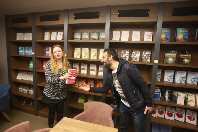 Sevilen oyuncu Naz Elmas Üsküdar'da öğrencilerle buluştu 3