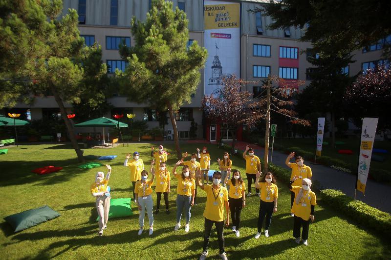 Sarı tişörtlüler