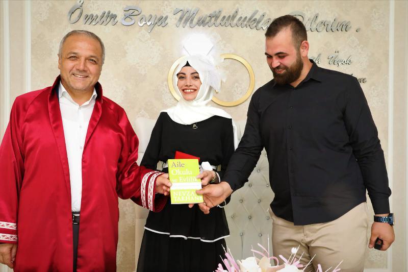 Prof. Dr. Tarhan'ın Kitapları Evlenen Çiftlere Hediye Ediliyor!