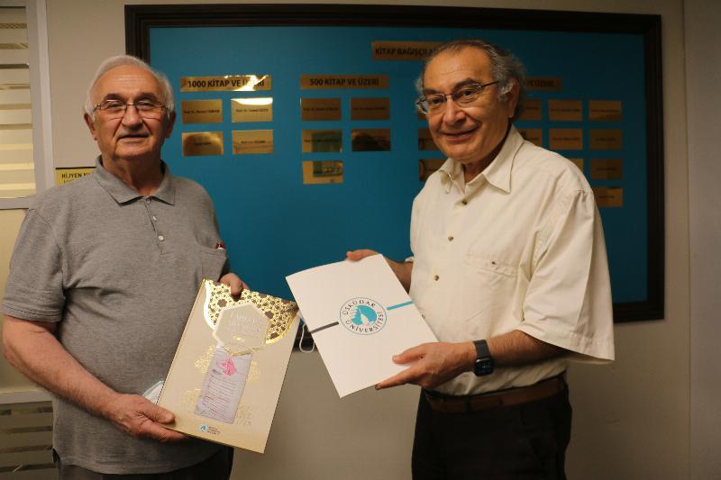 Dr. Ertuğrul Bayram'dan Üsküdar Kütüphanesine Anlamlı Bağış